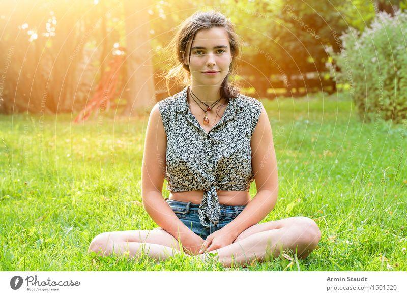 Im Garten Mensch Frau Natur Jugendliche schön Sommer Junge Frau Erholung Erwachsene Leben Frühling natürlich feminin Stil Glück Lifestyle