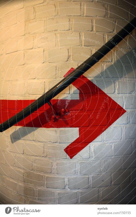 Ab durch die Treppe weiß rot Wand Stein Pfeil Backstein Stahl Hinweisschild aufwärts Flur Geländer Wendeltreppe