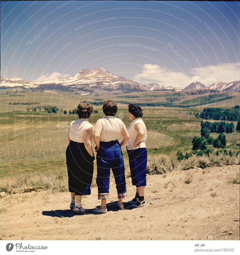 3 Damen vom Grill Ferne Berge u. Gebirge Frau Erwachsene Menschengruppe Landschaft Pause Fünfziger Jahre Farbfoto Außenaufnahme Tag Zentralperspektive