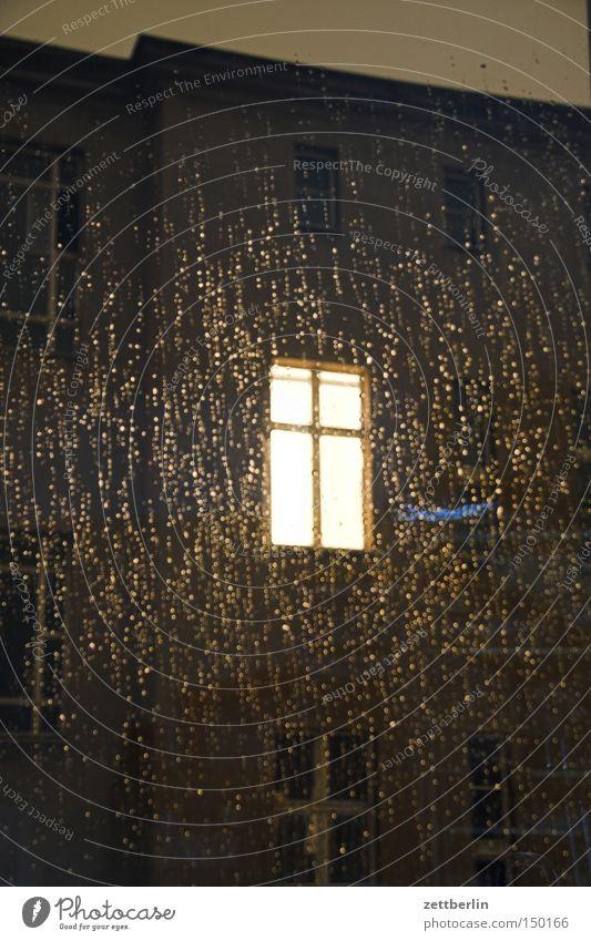 Fenster im Regen Haus dunkel Herbst Glas Trauer Nacht Verzweiflung Fensterscheibe erleuchten Scheibe Hinterhof Stadthaus Glasscheibe Fensterkreuz