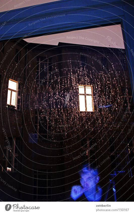 Making of Fenster im Regen Mann Haus dunkel Herbst Häusliches Leben Fensterscheibe Nacht Licht erleuchten Scheibe Hinterhof Stadthaus Glasscheibe Fensterkreuz