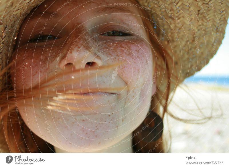 livia Frau Porträt Sommersprossen schön Hut Strohhut Freude lachen Glück Fröhlichkeit Wind Gesicht freckles Gefühle Beleuchtung