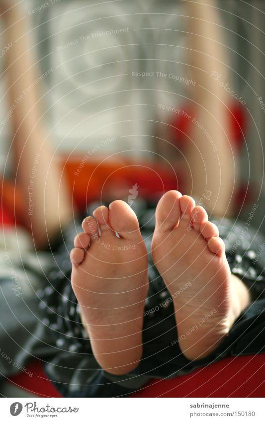 cozy feet Fuß hell Bett Müdigkeit Schlafzimmer Sonntag