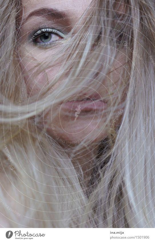 langes blondes Haar verdeckt das weibliche Gesicht, nur ein Auge ist sichtbar Mensch feminin Junge Frau Jugendliche Erwachsene Leben 1 18-30 Jahre