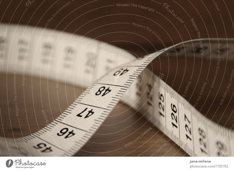 acht Maßband Zollstock messen Maßeinheit Body-Mass-Index dünn Schneider Tisch kreuzen gekreuzt Meter Zentimeter Ziffern & Zahlen Gesundheit Schwäche