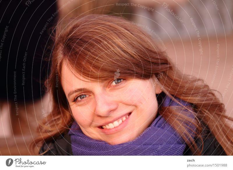 den Tag erhellen Mensch feminin Junge Frau Jugendliche Erwachsene Kopf Gesicht 1 Schal brünett langhaarig Lächeln lachen Freundlichkeit Fröhlichkeit Glück schön