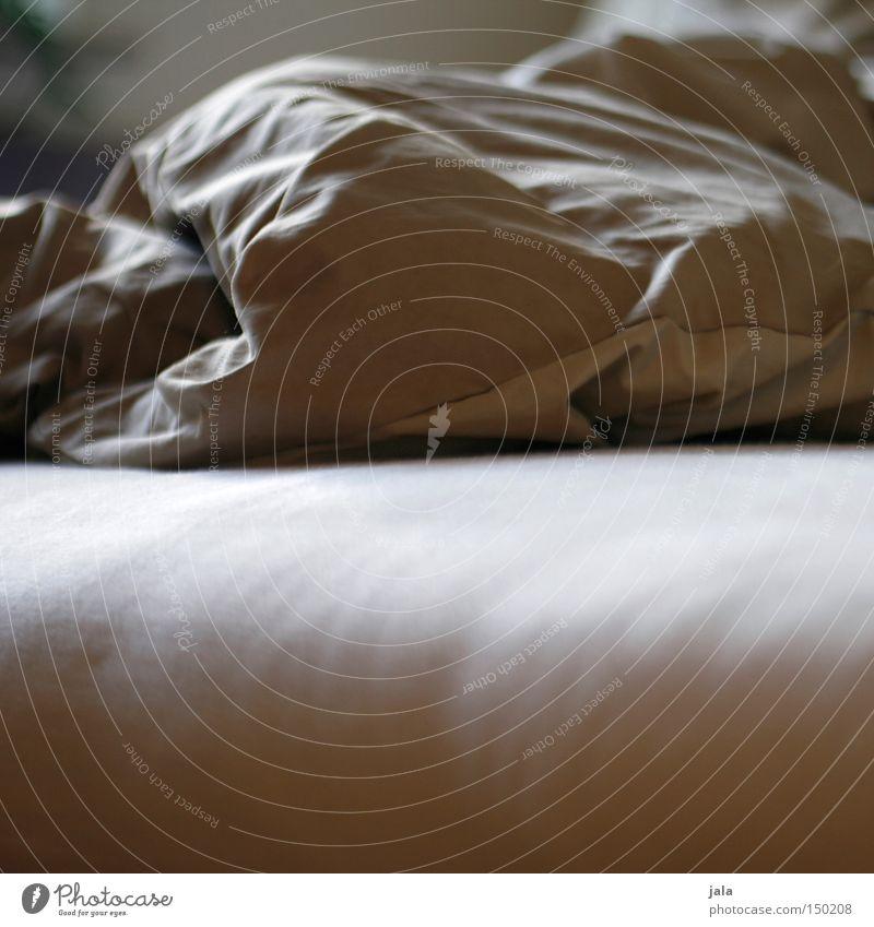 unmade bed Raum Bett Bettdecke weiß beige Schlafmatratze unordentlich Bettwäsche Möbel Schlafzimmer Nahaufnahme kuschlig Falte weich gebraucht Menschenleer