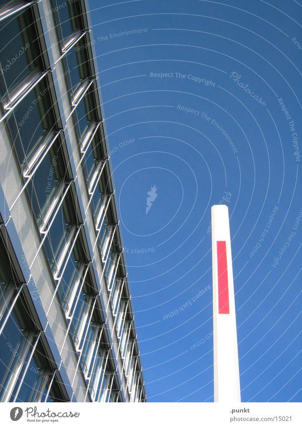 Schranke Bürogebäude Glasfassade Architektur Hausecke Blauer Himmel