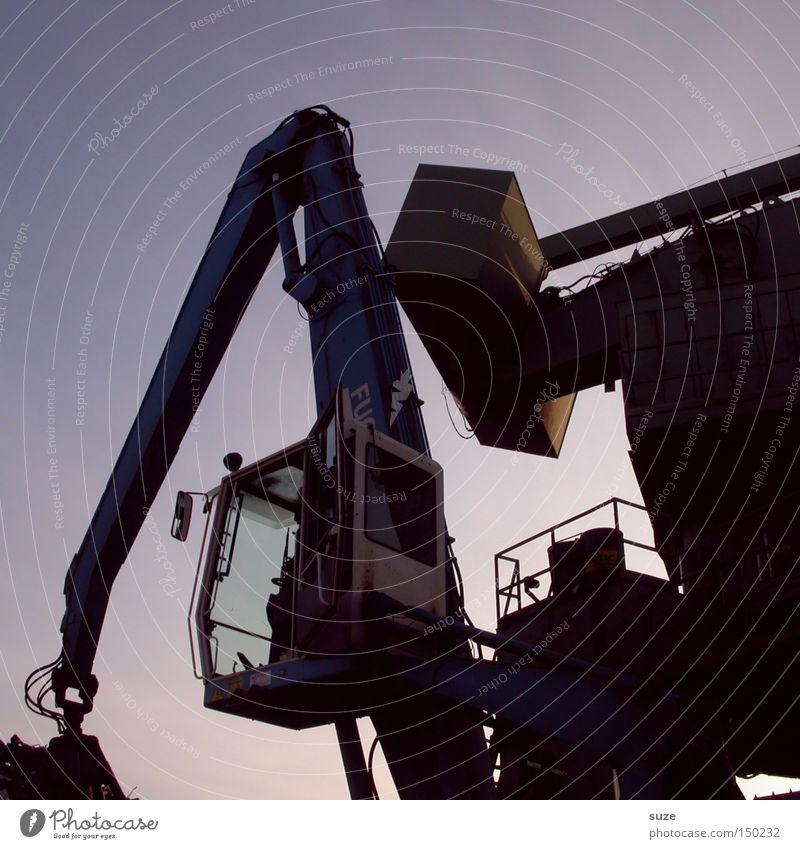 Bagger Arbeit & Erwerbstätigkeit Industrie Metall dreckig dunkel Recycling Baustelle Greifer Feierabend groß Hochbau Schrottplatz Unbewohnt Baufahrzeug Farbfoto