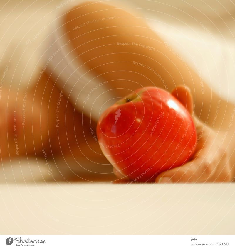 eva II Frau Hand rot hell Gesundheit Mund Arme Frucht liegen Frieden Apfel sanft Zärtlichkeiten friedlich Sünde