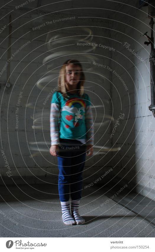 TANZENDEEINLEUCHTUNG Mensch Kind Mädchen Bewegung Langzeitbelichtung Bekleidung stehen mystisch Keller Drehung Erscheinung Lichteinfall umkehren