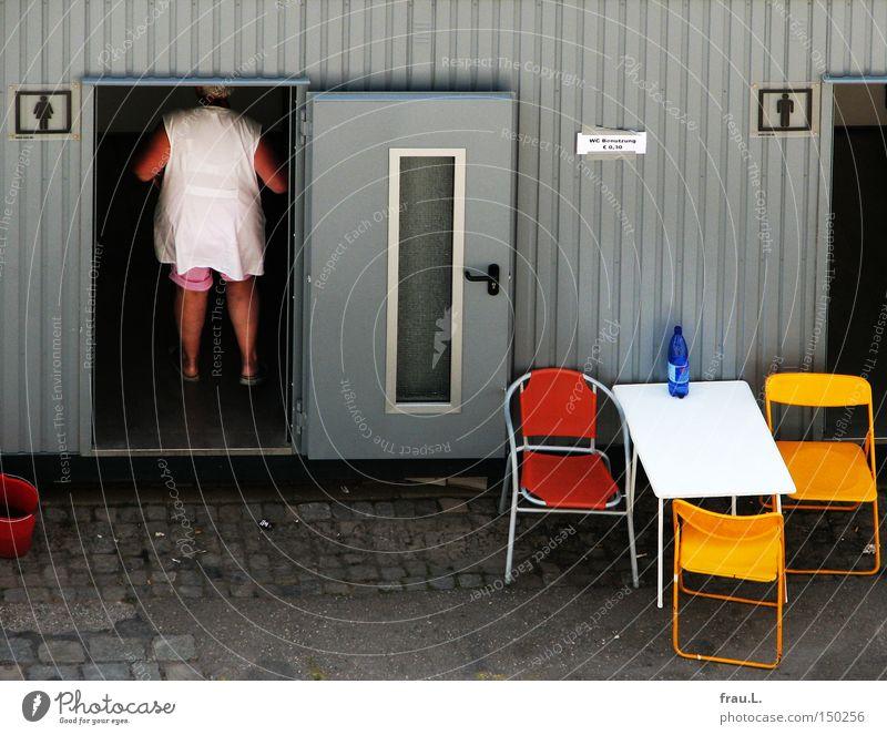 Fest-Klo Mensch Frau Spielen Feste & Feiern Arbeit & Erwerbstätigkeit Tisch Veranstaltung Toilette Stuhl Campingstuhl Klappstuhl Sitzgelegenheit