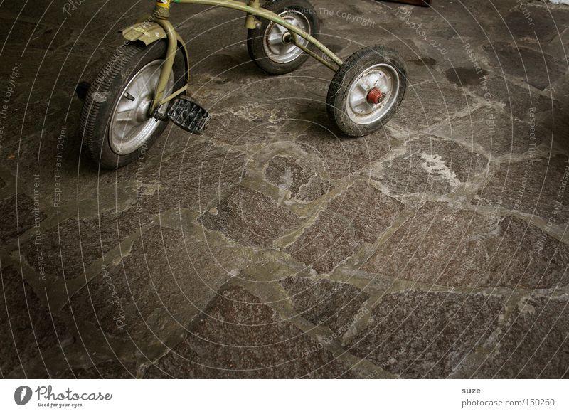 Dreirad Spielen fahren Vergänglichkeit Rad Vergangenheit Verkehrswege früher Hof gebraucht treten Markt Flohmarkt Fundstück verkauft
