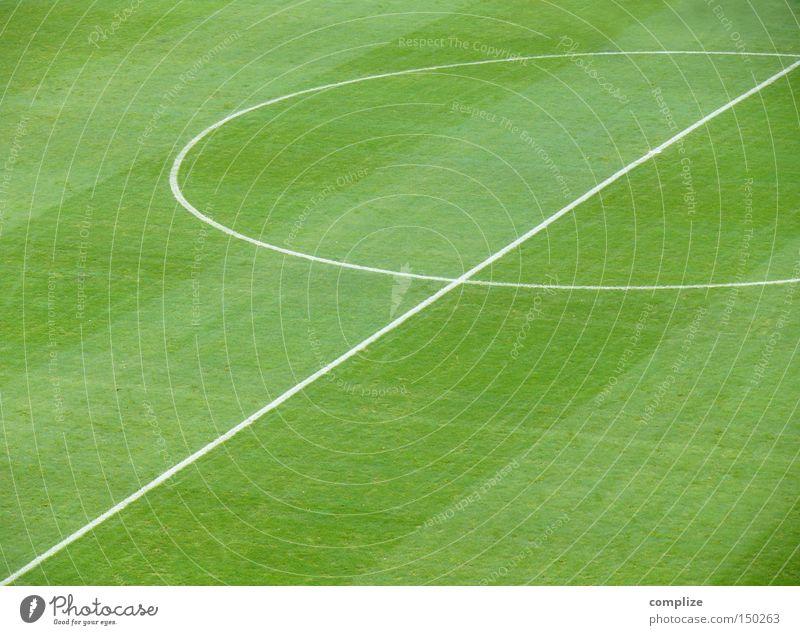 Fußball ohne Ball, das ist ja wie..? Platz Sportplatz Fußballplatz Stadion Linie Mittelkreis Geometrie Ballsport grün Fußballstadion Spielen Sportveranstaltung