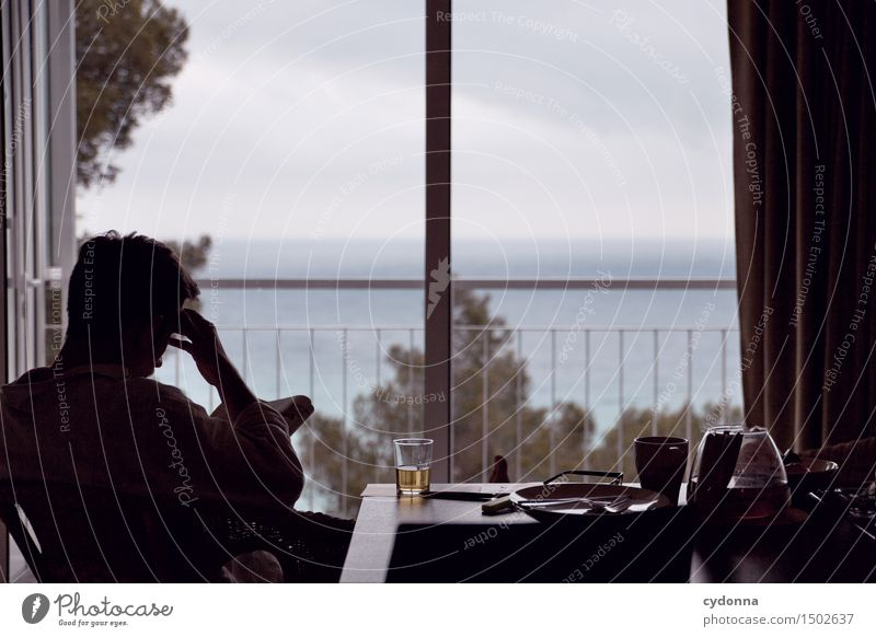 Langer Nachmittag lesen Ferien & Urlaub & Reisen Häusliches Leben Mensch Junger Mann Jugendliche 18-30 Jahre Erwachsene schlechtes Wetter Meer Fenster
