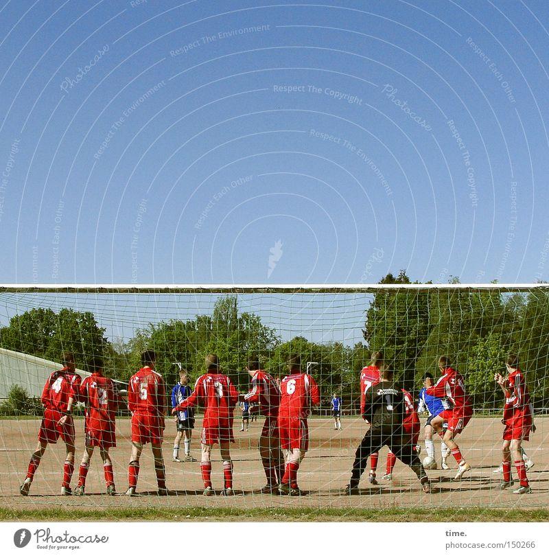 Himmel & Hölle Jugendliche Sport Spielen Bewegung Menschengruppe Mauer Fußball Ball Sportmannschaft Schönes Wetter Spielfeld Sportplatz Blauer Himmel