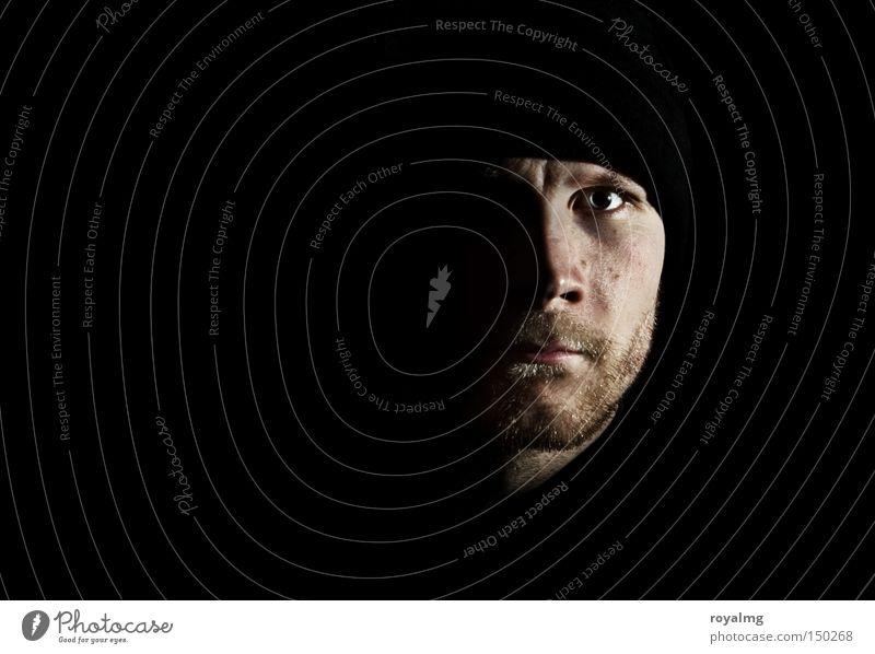 out of the dark Mensch Mann Gesicht schwarz dunkel maskulin modern Porträt Wut Konzentration Bart böse Ärger Hälfte