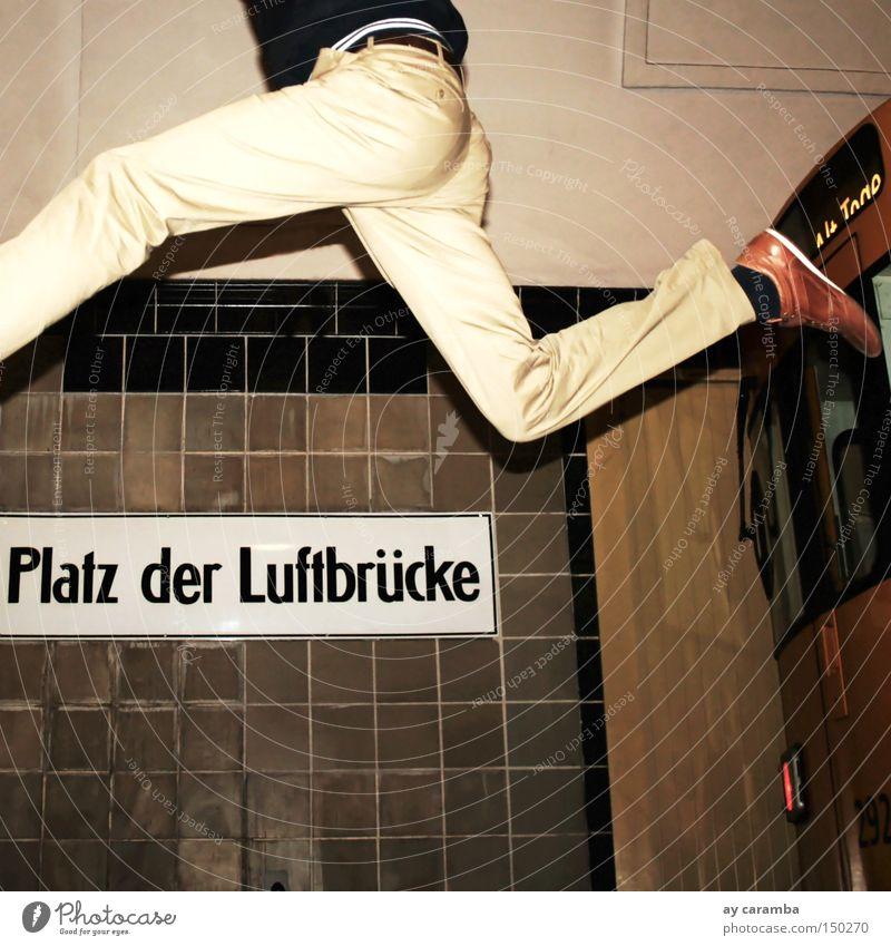 *Flughafen Tempelhof Forever* Mann Freude gelb Berlin springen fliegen Platz Luftverkehr Eisenbahn U-Bahn Rennbahn beige Haltestelle Sprungbrett