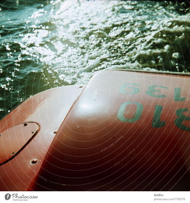 Letztes Stückchen Sommer Wasser rot Freude Spielen Bewegung Wellen fahren Ziffern & Zahlen Schifffahrt Im Wasser treiben Fahrzeug Muskulatur treten Maschine