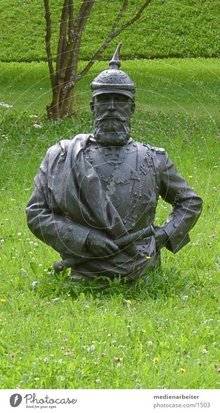 Kaisergrün Wiese skurril König Hessen Büste