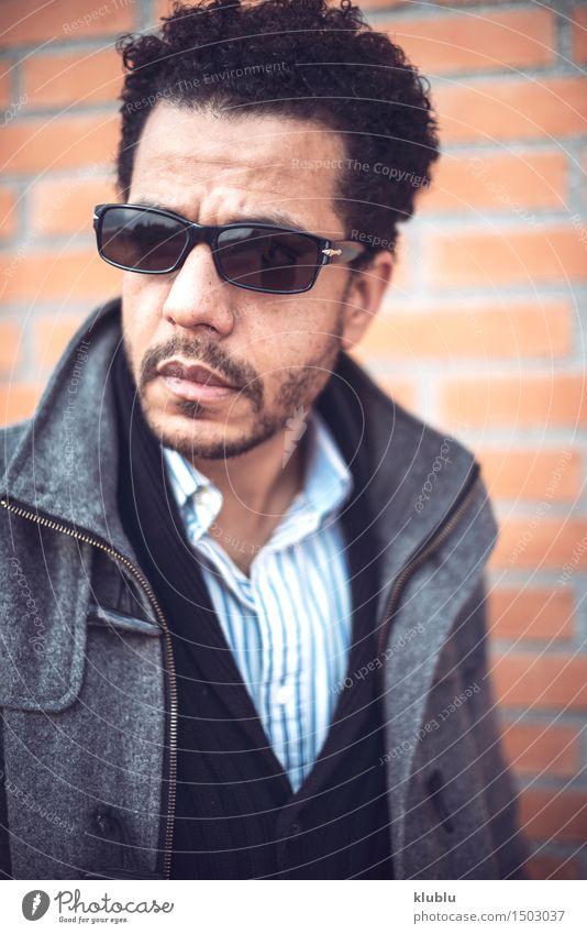 Überzeugter attraktiver Mulatte Mann in der städtischen Umwelt weiß Sonne Erotik Freude schwarz Erwachsene Stil Lifestyle Mode modern Erfolg niedlich Coolness