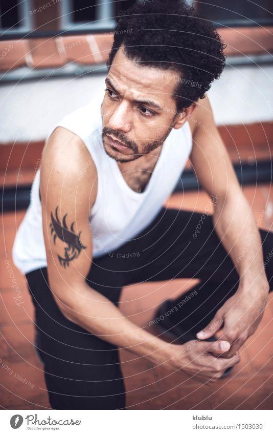 Überzeugter attraktiver Mulatte Mann in der städtischen Umwelt weiß Erotik Erwachsene Stil Lifestyle Mode modern Coolness gut trendy selbstbewußt