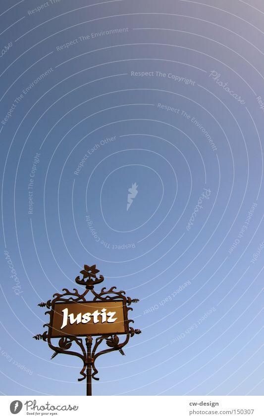 IRGENDWO IN MAGDEBURG alt blau schwarz dunkel Metall hell Schilder & Markierungen ästhetisch Hinweisschild Wegweiser Justiz u. Gerichte stachelig Altstadt Verkehrsschild Verkehrszeichen Warnschild