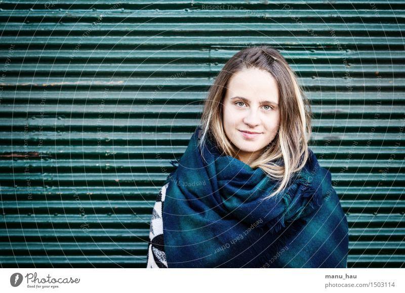 Urban Girl Lifestyle Stil Freude lernen Student Mensch feminin Junge Frau Jugendliche Erwachsene 1 18-30 Jahre Schal brünett langhaarig Scheitel Lächeln