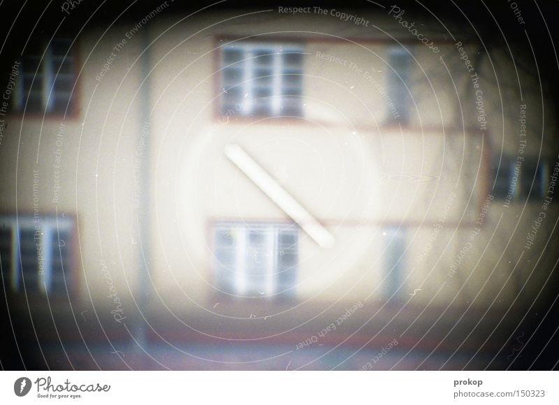 Kaffeepause Haus dunkel Fenster Fotografie Häusliches Leben beobachten analog Fotografieren Linse Nachbar Voyeurismus Objektiv Neukölln spannen