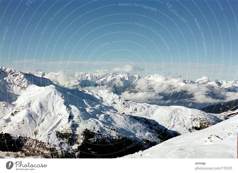 Schneebedeckte Berge Winter Wolken Berge u. Gebirge