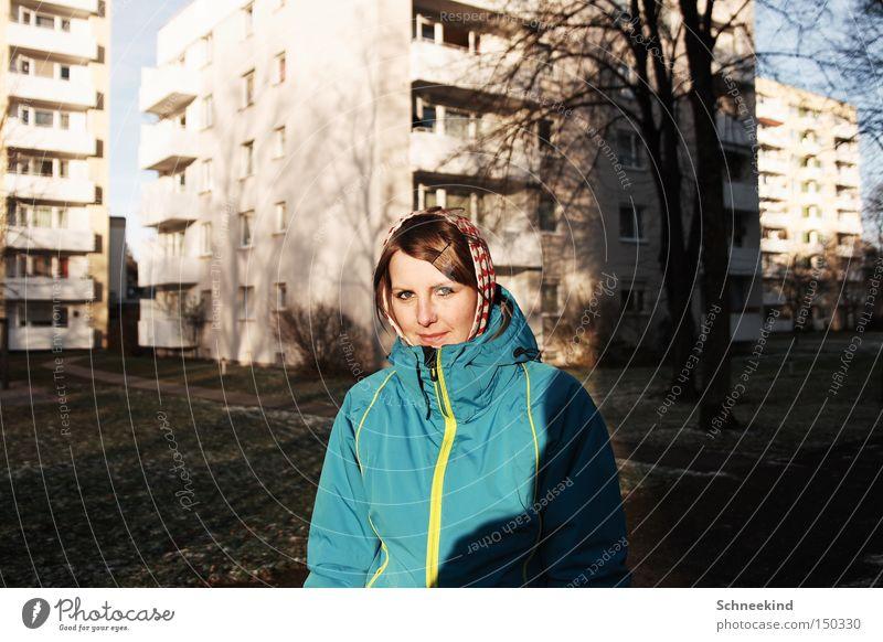 Stadtmensch Frau Winter Haus kalt Hochhaus Spaziergang München Plattenbau Wohnhochhaus