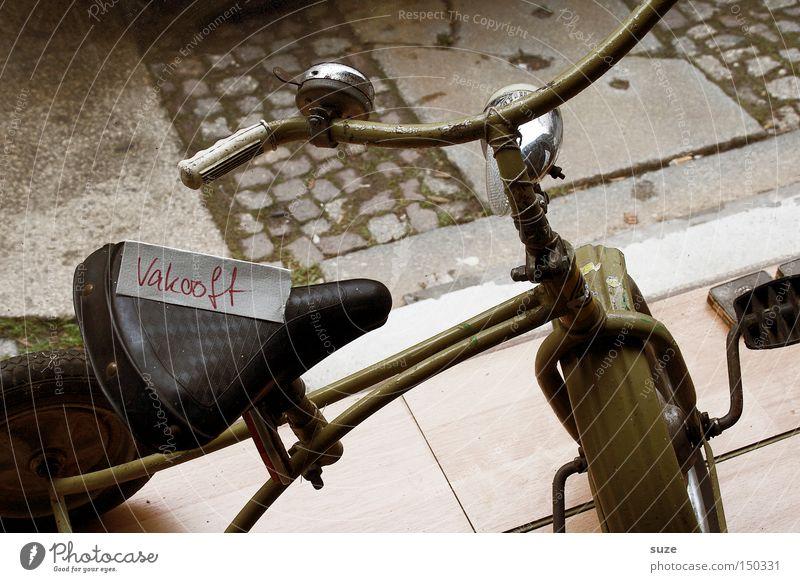 Aus der Traum Spielen fahren Vergänglichkeit Kindheit Rad Vergangenheit früher Hof gebraucht treten Flohmarkt Dreirad Fundstück verkauft