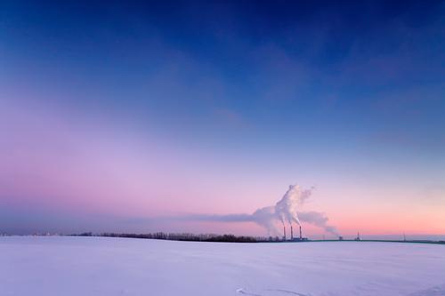 Kraftwerk am Abend Winter Schnee Fabrik Industrie Energiewirtschaft Landschaft Luft Himmel Sonnenaufgang Sonnenuntergang Wiese Kleinstadt Stadt Skyline Gebäude
