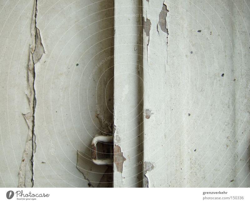 Fensterschloss alt weiß Farbe Holz Farbstoff dreckig Wetter Vergänglichkeit Riss Lack abblättern Anstrich Fensterrahmen Ölfarbe