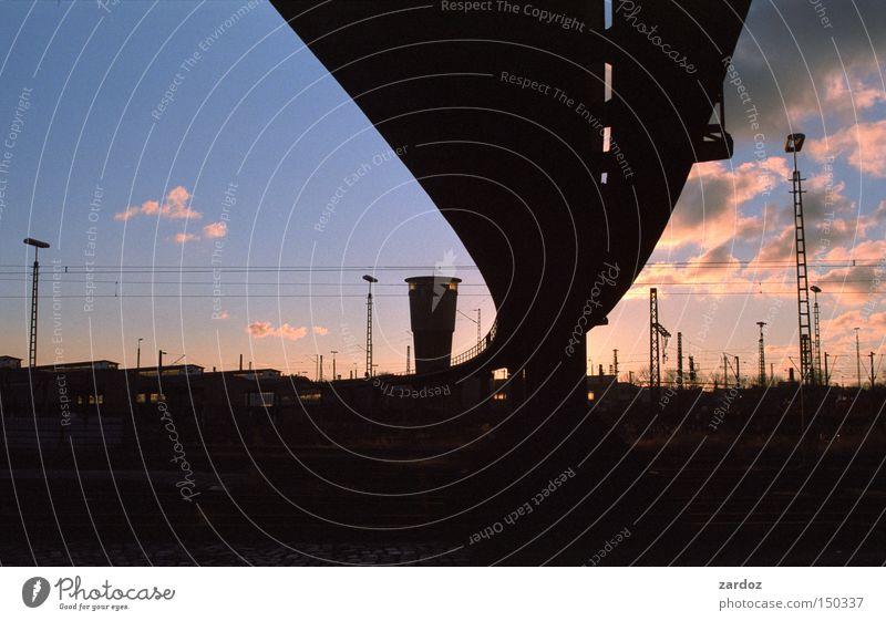 Schattenriss Himmel Wolken Architektur Verkehr Eisenbahn Hamburg Brücke Turm Verkehrswege Abenddämmerung Bahnhof Silhouette Heimweh himmelwärts Stimmungsbild