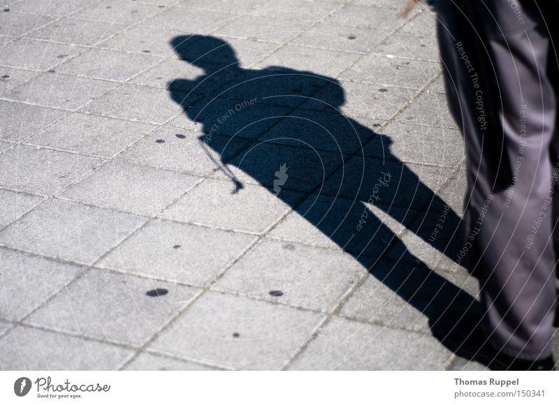 Bewacht Platz grau Wege & Pfade hell Straße stehen Quadrat beobachten Kontrolle Publikum Schatten dunkel Sicherheit gefährlich Vertrauen Angst Panik