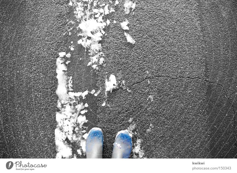 freeeeeeeze Schnee Winter kalt Fuß treten Stiefel stehen Straße Frost Spuren gehen blau Gummistiefel grau weiß