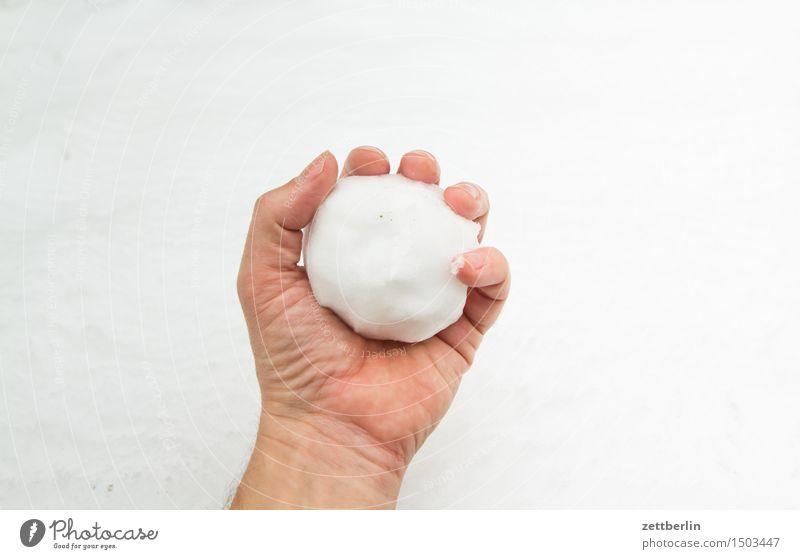 Schneeball Ferien & Urlaub & Reisen weiß Hand Freude Winter kalt Spielen Schneefall Textfreiraum Finger festhalten werfen Winterurlaub Neuschnee Schneebälle