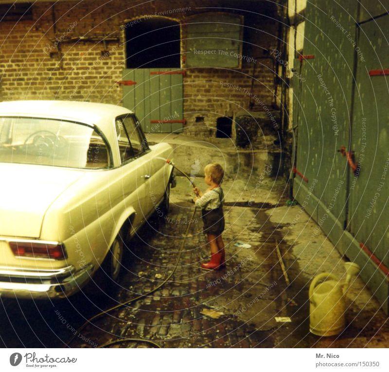 mr.wash Kind Wasser Freude PKW nass KFZ Kleinkind Bauernhof Tracht Nostalgie Selbstportrait Siebziger Jahre früher Oldtimer Gummistiefel Krachlederne