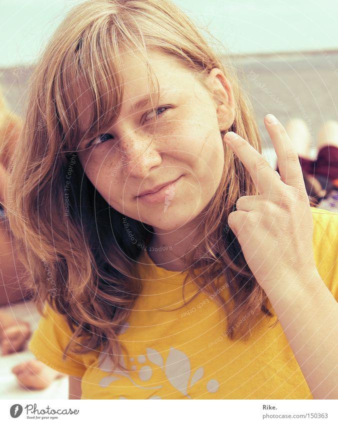 Sonnig heiter. Frau schön Meer Sommer Freude Ferien & Urlaub & Reisen Wärme 2 blond Finger Fröhlichkeit ästhetisch