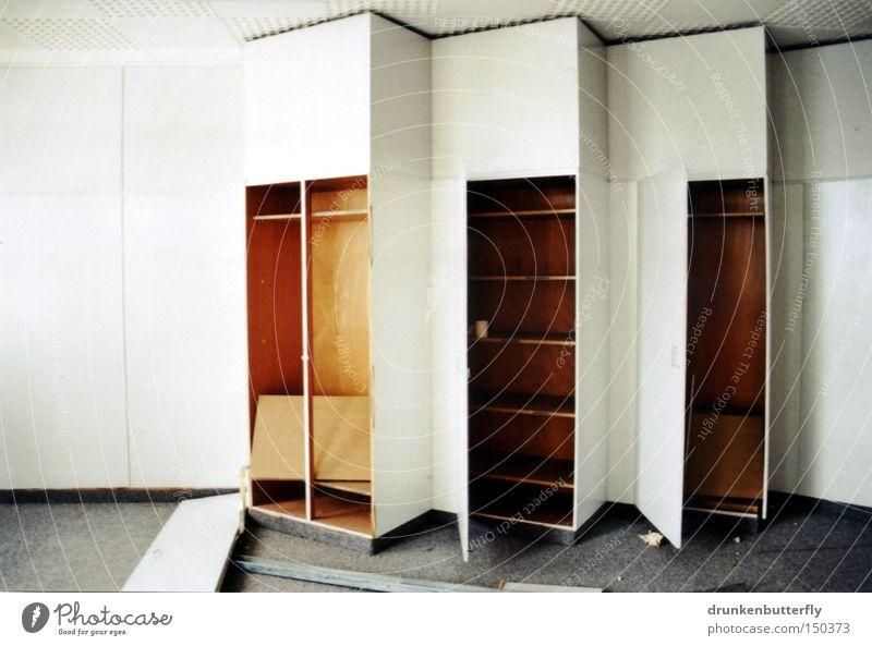 wandschrank Schrank Holz Regal Möbel Wandschrank Teppich weiß grau braun verfallen Tür Bodenbelag Zerstörung Innenarchitektur Einsamkeit