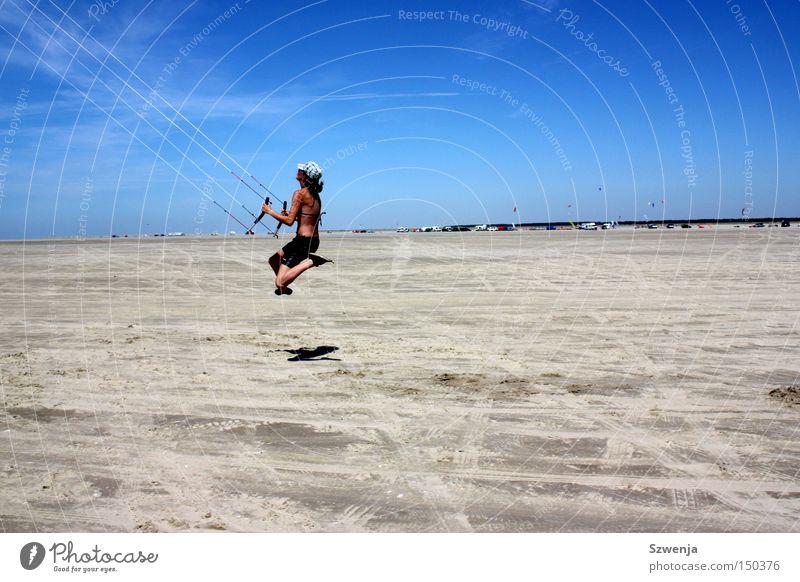 Mit dem Wind... blau Himmel himmelblau schön springen Strand Sand Wolken Sommer Dänemark blue sky Drache drachen steigen Autostand