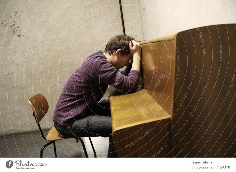 Schaffenskrise ... Klavier üben Musiknoten Notenblatt Müdigkeit Bewusstseinsstörung Beton Mensch Stuhl ausgebrannt Studium Mann Erschöpfung Gefängniszelle