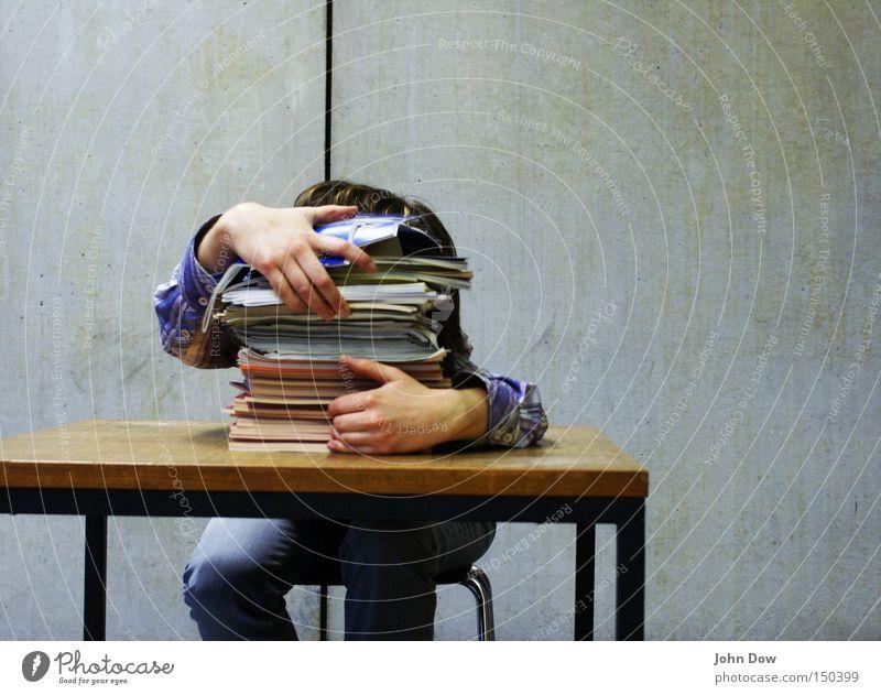 Gedankenchaos (Prüfungsstress I) Farbfoto Innenaufnahme Textfreiraum rechts Vorderansicht Wegsehen lesen Stuhl Tisch Bildung Schule Schulgebäude Studium