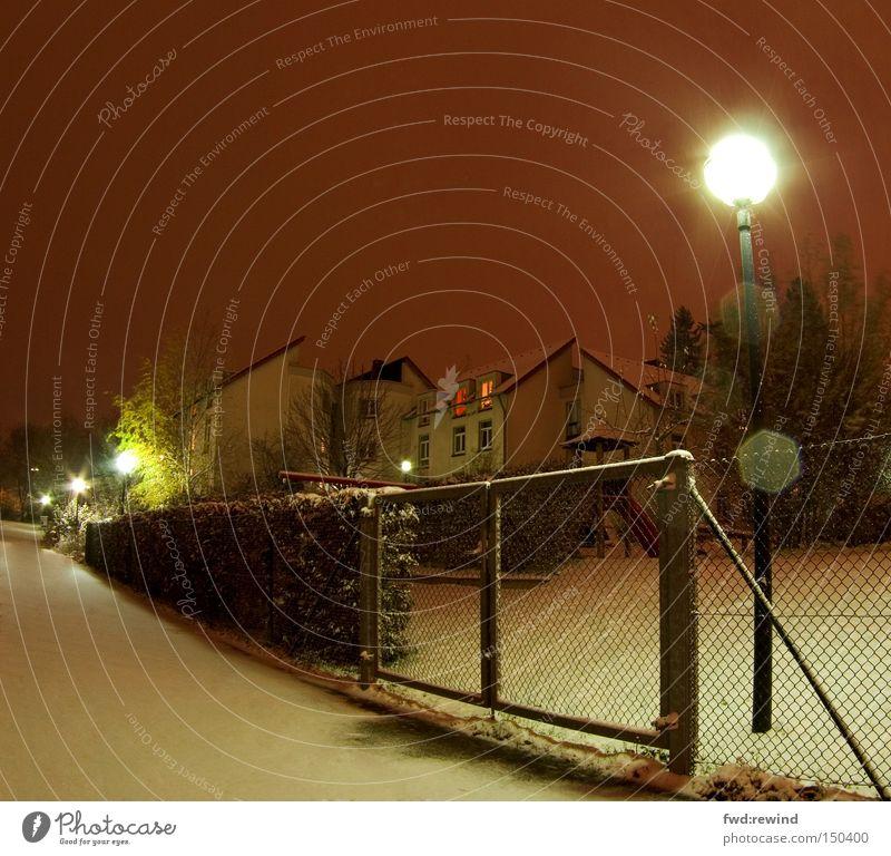 Winter vor der Tür kalt Schnee Wege & Pfade Lampe Zaun Straßenbeleuchtung Vorfreude Hecke Wohnsiedlung Blendenfleck Nachtaufnahme Laternenpfahl Aachen