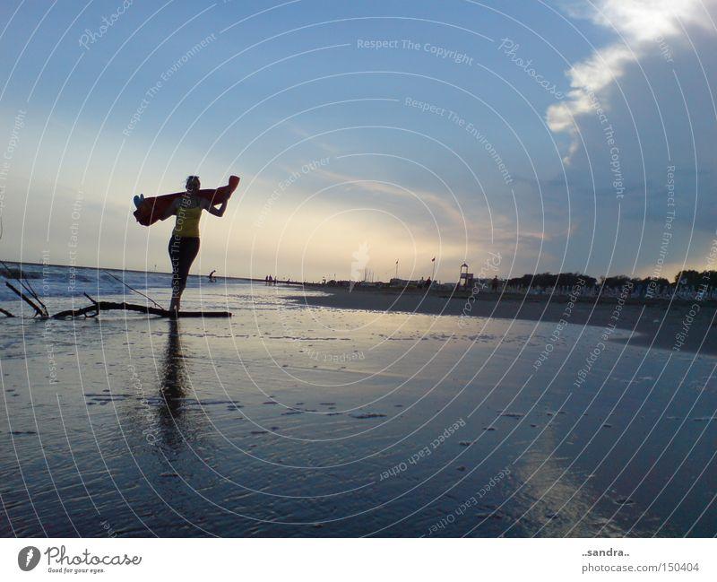 zwischen himmel und erde Strand Meer Himmel Wolken Reflexion & Spiegelung Abenddämmerung Tanzen Spaziergang Sommer Sommerabend Wellen Ebbe