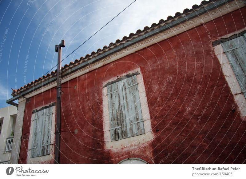 a house in the middle of the street alt Himmel blau rot Ferien & Urlaub & Reisen Haus Fenster Kunst Architektur Elektrizität verfallen Vorhang bauen Griechenland