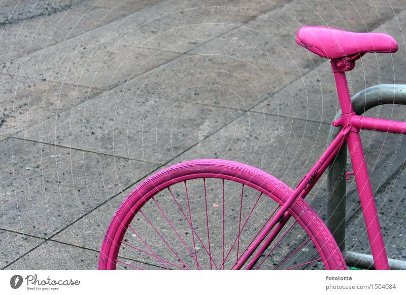 Fahrrad Fahrradtour Fahrradfahren Fahrradsattel Fahrradrahmen Fahrradständer Ausflug Bürgersteig Bodenplatten Stein Metall grau rosa parken angeschlossen