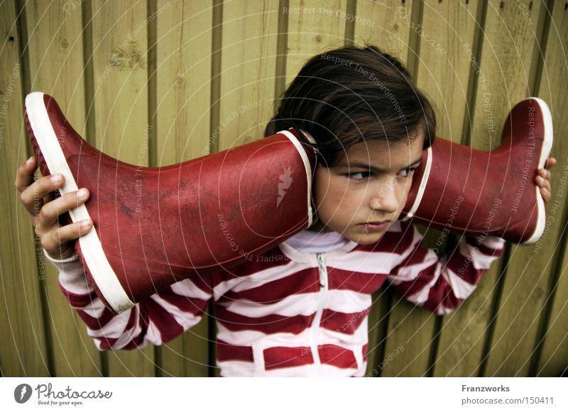 Gummifon. Kind Mädchen Spielen Musik Kindheit Bildung Konzentration hören Wachsamkeit Klang Phantasie Gummistiefel