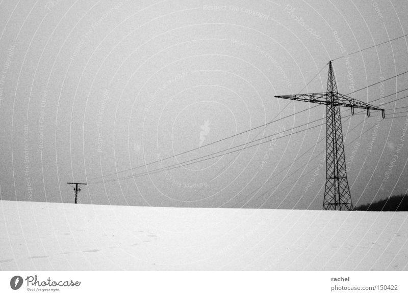 Gefühlt ungemütlich Winter Schnee Energiewirtschaft Landschaft Klima Wetter schlechtes Wetter Eis Frost dunkel kalt trist Niederschlag Strommast Leitung Ödland
